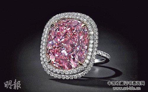 香港富豪在日内瓦佳士得拍卖会中,以约2.2亿港元投得16卡粉红巨钻,打破同类钻石的成交纪录。(图:香港《明报》网站)